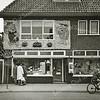 F3756<br /> De winkel van Huyts & Post aan de Hoofdstraat. De foto is genomen in de tijd van het bloemencorso.