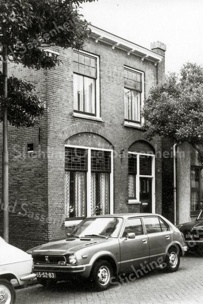 F0108 <br /> Het pand aan Bijdorpstraat 16, dat jarenlang bewoond werd door de fam. Waasdorp. Gebouwd in 1912 door de heer Waasdorp, aannemer in Sassenheim. Zijn zoon Gerard heeft samen met broer Piet het bedrijf, dat was gevestigd tegenover het woonhuis, nog jarenlang voortgezet. De architect was J.P.Oudshoorn. Foto: ca. 1980.