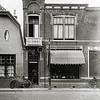 F0809 <br /> Aan de westzijde van de Hoofdstraat en aan de Oude Haven is het pand van slager Scholten te zien. Tot november 1929 was hier slager Dirk van der Meij gevestigd. De gevel is door aannemer Oudshoorn ontworpen en geplaatst. Links van het pand is een stukje van het Café Van Hage te zien. Foto: na 1929.<br /> <br /> Collectie Oudshoorn 114: slagerij Scholten, Hoofdstraat 187, nu nr. 261.