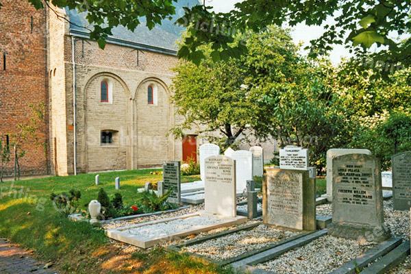 F2431<br /> Het kerkhof rondom de Ned.-herv. kerk (Dorpskerk). Foto: 1976.