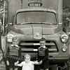 F2415<br /> De kinderen Tukker voor een Dodge uit ca. 1950. V.l.n.r.: Bert; Ada en Nol Tukker. Foto: ca. 1955.