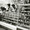 F2067<br /> Het interieur van de bakkerswinkel van Barnhoorn aan de Hoofdstraat nr. 187, tegenover slagerij A. Couvée. Links staat de vrouw van Bram Barnhoorn. Rechts mevr. Van der Voet. Foto: 1967/1968.