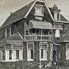F3070<br /> Villa Linquenda, een van de prachtige bollenvilla's als je vanuit het zuiden het dorp binnenrijdt. Het pand staat aan de westzijde van de Hoofdstraat op nr. 87. Deze villa werd in 1985 afgebroken om plaats te maken om de aanleg van de Koetsiersweg mogelijk te maken. Het pand werd het vele jaren bewoond door de fam. Jan van Zonneveld. In 1952 werd de woning verbouwd en ging George van Zonneveld met zijn echtgenote Ietje Disselkoen en zijn drie kinderen op de bovenetage wonen. In 1966 werd de woning verkocht aan notaris Noordraven.