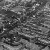 F4050c <br /> Een luchtfoto van Sassenheim. Ter oriëntatie, links onder de populieren van de Zandsloot, rechts boven de Pancratiuskerk.