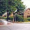 F0268 <br /> Vanaf de Menneweg kijken we in de Rusthofflaan met de prachtige kastanjebomen. Rechts het woonhuis van de gezusters Meeuwissen met rechts daarvan een bollenschuur. Het huis op de hoek is in 1991 gesloopt en heeft plaats gemaakt voor een nieuw pand van aannemer C. Meeuwissen , dat in 2016 is verkocht.  De bollenschuur rechts is verbouwd tot een appartementencomplex, dat in 2016 is gesloopt.    Foto: 1991.