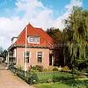 F2095<br /> Villa Nieuw Wildrijk, Hoofdstraat 21. Gebouwd in 1916 door aannemer W.P. Vreede voor A. Hoogstraten. Hij woonde er tot 1944, waarna hij het pand verkocht aan K. van Vliet. Sinds 1999 is de fam. M. Helmus de eigenaar. Zie voor verdere gegevens de Aschpotter nr. 39 van november 2016.