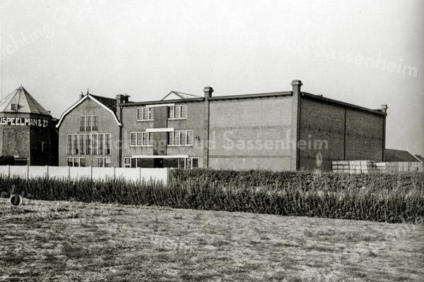 F3091<br /> Het bloembollenbedrijf van C.J. Speelman & Zonen. Links is de molenstomp te zien. Foto: circa 1930