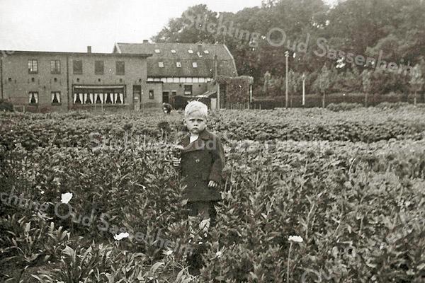 F3108<br /> Martien van Zoen 2 jaar oud in 1948 op het land naast Voorsluis op de J.P.Gouverneurlaan (nu St. Antoniuslaan).