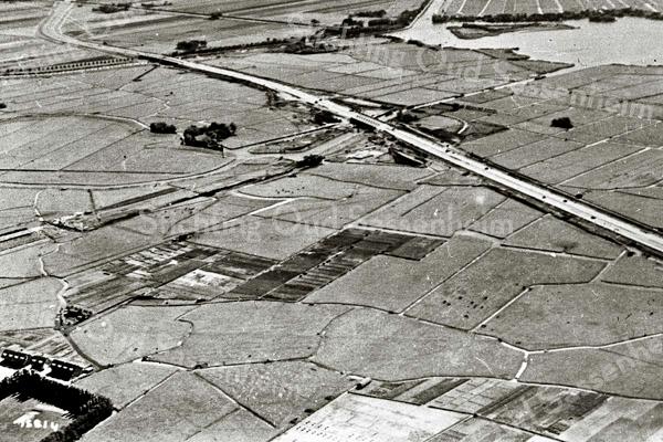 F3213<br /> Luchtfoto van de onbebouwde Kooipolder, nu de Kagertuinen, de Kagerdreef en het Kagerplein. Linksonder staan de eerste huizen van de Platanenlaan. De boerderij van Molkenboer ligt vlak boven de Platanenlaan.