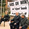 F2506<br /> De aktie 'kies je eigen bank' wordt gehouden op de Hoofdstraat bij de ingang van het park. De bank met de meeste stemmen wordt in het park gezet. Foto: 2003