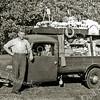F2330<br /> Dhr. Theo Landwer Johan met zijn totale handel op de driewieler, een Goliath. Zo ging hij zijn klanten langs. Achter het stuur zit zijn zoontje Cees.