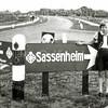 F2677<br /> Johanna de Zwart op de splitsing Teijlingerlaan en de pas geopende Carolus Clusiuslaan. De foto is uit de dertiger jaren.