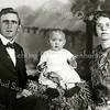 F2337<br /> Hermanus Bax en mevr. Bax-Post, woonachtig Molenstraat 12. In het midden kleinkind Emmy. Foto: 1924.