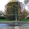 F3928<br /> De zuidelijke helft van het kunstwerk aan de Kagertuinen.<br /> Langs de Kagertuinen, ter hoogte van de Kagersingel, staat een kunstwerk dat is gemaakt door Kees Bierman uit Haarlem. Het kunstwerk bestaat uit twee bogen van gegalvaniseerd staal, beide begroeid met een beukenhaag. De twee bogen symboliseren de toegang tot de wijk en verbinden de waterpartijen aan weerszijden van de straat met elkaar. Op 29 mei 1999 werd het kunstwerk op  feestelijke wijze onthuld. Foto: 2014.