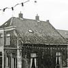 F2773<br /> De achterkant van het huis van J. Blom aan de Hoofdstraat nr. 284. Op deze plek is nu (2017) het pand van Dirk gevestigd; er is nieuwbouw gepland. Rechts is een stukje van de garage van Nieuwenhoven te zien.
