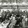 F0396 <br /> Foto uit de mobilisatietijd in 1939. Voor de kerstmaaltijd is koffietent De Uiver veranderd in een feestzaal. Foto: 1939.