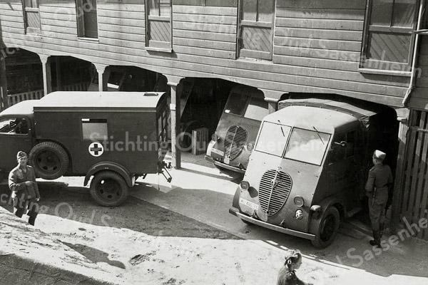 F1031 <br /> De werkplaats van E. Dijkstra aan de Hoofdstraat, ingericht als garage voor Rode Kruiswagens. Foto: ca. 1942.