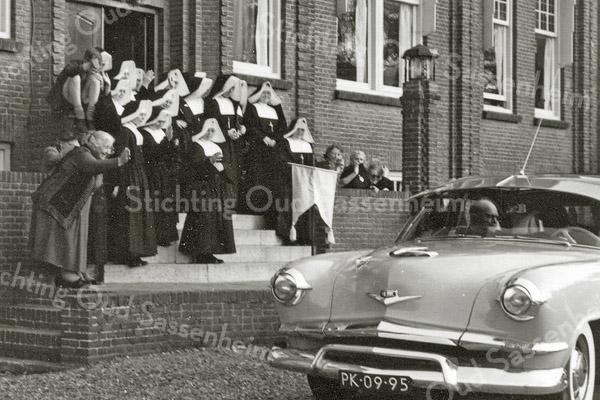 F0995 <br /> De zusters van de St. Bernardus. Gezien het (gele) vaantje voorop de auto wordt een hoogwaardigheidsbekleder uitgeleide gedaan. Foto: 1958