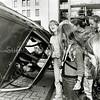 F2529<br /> Op 30 augustus 2003 was er een open dag ter gelegenheid van het 150-jarig jubileum van de Brandweer Sassenheim. Een van de festiviteiten op de Oosthaven was een demonstratie van personen redden uit een gekantelde auto. Foto: 2003.