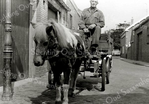 F3256<br /> Adam Roodenburg met paard en wagen in de Hoekstraat.
