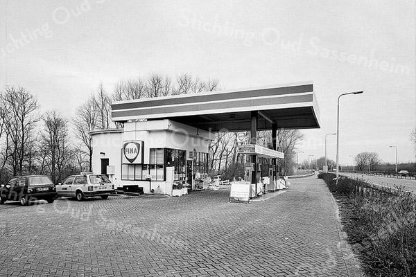 F3741<br /> Het FINA-pomstation aan de A44 bij de afrit naar Sassenheim.