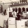 F4367<br /> De tijdelijke winkel (in een tent) van Lascaris. Op de foto staat Aad van der Poel.