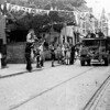F4011 <br /> Een bevrijdingsfoto. Een Canadese legertruck bij café van Hage. Uiterst links (met de arm omhoog) is Arie van Hage. Foto:1945