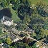 F0947 <br />  Luchtfoto van het landgoed Ter Leede met boerderij en bijgebouwen. Behalve de boerderij, die in de toekomst gerestaureerd gaat worden, zijn het herenhuis en de omliggende woningen keurig opgeknapt. De stallen rechtsonder behoren bij de boerderij. Het huis met boerderij, stalgebouw en orangerie zijn rijksmonumenten. Foto: 1992.