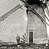 F1606 <br /> Molen De Bonte Kriel aan de 1ste Poellaan te Lisse (zie ook foto F0443). In 1912 veranderde de straatnaam in 3de Poellaan. Naast de molen staat de opa van C.P. (Cor) Vis, de vader van Peter Vis (zie foto's diaconie geref. kerk). De molen stond in de Bontekrielpolder, die deel uitmaakte van het landgoed Ter Leede. De molen was dus eigendom van de bewoner van Huis ter Leede, onder wie de baronnen Van Pallandt en later Van Heemstra.