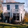F1648d <br /> Een woning aan de Adelborst van Leeuwenlaan, met de naam 'Grutto'. Gebouwd in 1920 door de fa. Reeuwijk voor dhr. G.H. Heijnes. Laatst bewoond door de fam. Crooij. Het pand is gesloopt in mei 2001. Foto: 2001.