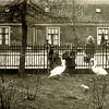 F1861 <br /> J.P. Gouverneurlaan met op de achtergrond een rij van tien arbeiderswoningen, die in 1899 zijn gebouwd en die aanvankelijk aan de Keerweerlaan stonden. (De ingang was naast slager Couvée.) Bij de aanleg van de J.P. Gouverneurlaan in 1928 kregen de huisjes het adres J.P. Gouverneurlaan 2 t/m 20; de voordeuren bleven aan de achterkant. De huisjes zijn gesloopt in 1964. De kinderen (fam. Hoogeveen) op de foto lijken de zwanen achter hek van park Rusthoff te voeren. Zie ook o.m. F0784.
