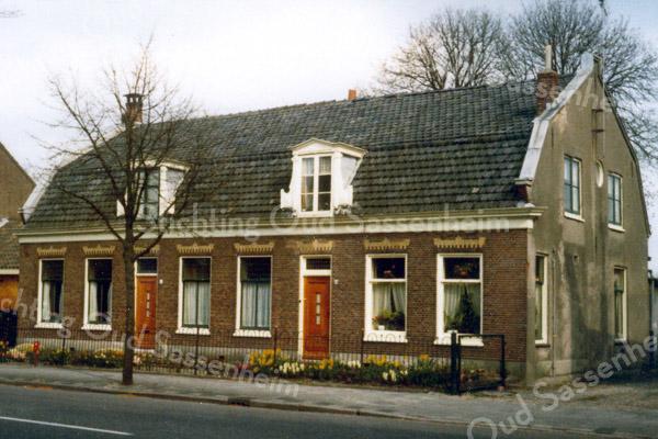 F0514a <br /> Het huis van de fam. Van der Voort aan de Hoofdstraat tegenover De Oude Tol, opgedeeld in tweeën en verbouwd in 1952/53. Het rechter gedeelte werd toen bewoond door Gijs Overvliet Gzn. en zijn vrouw Wil v.d. Voort. In het linker gedeelte woonde later de fam. Preenen. De panden zijn gesloopt in november 1977. Foto: in de periode 1953-1940..