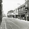 F1373 <br /> Hoofdstraat. V.r.n.l.: Bril '58, de Gasspecialist, Wijnhandel Van Niekerk en hotel-café-restaurant 't Bruine Paard. Links de twee deuren van Bemelman; hij verkocht verf en klompen (gesloopt in 1979).  Nu is hier links café De Twee Wezen.