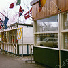 F2624<br /> De Oosthaven met de patattent van Thomas van Kesteren. Het (tijdelijke) gebouwtje ernaast is de kassa voor rondvaarten; die werden in de bollentijd gehouden. Foto: 1975.