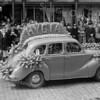 F3693<br /> Bloemencorso 1950 met een versierde auto van  Hygia Confectiebedrijf.