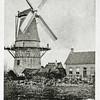 F0040 <br /> Korenmolen De Nijverheid van Speelman, waarschijnlijk pas de vorige eeuw gebouwd. Cornelis Johannes Speelman, korenmolenaar kwam in 1868 uit Poortugaal naar Sassenheim. Hij woonde in het huis rechts van de molen. Ca. 1890 werd de molen tot aan de stelling afgebroken. Het onderstuk van de romp is bewaard gebleven. Zie ook 'Sassenheim in oude ansichten' van G. Verschoor, pag. 10. En zie ook De Aschpotter nr. 21 pag. 14 (uitgave van Stichting Oud Sassenheim en Stratenboek van Sassenheim, pag. 137-138.