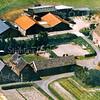 F0418 <br /> Een luchtfoto uit de jaren '70 van de voormalige boerderij Wiltrijk en omgeving. Linksonder de voormalige boerderij, later bewoond door de fam. Homan. Rechts van de boerderij het oorspronkelijke zomerhuis, verbouwd als woning voor de fam. Zwetsloot, de vroegere bewoners van de boerderij. Haaks daarop staat een bollenschuur. Uiterst rechts het huis van de fam. Piet v.d. Geest met op de achtergrond de bedrijfsgebouwen van zijn boerenbedrijf. Over de sloot is de vroegere kwakel vervangen door een platte brug. Foto: jaren '70.