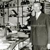 F2351<br /> Dhr. P. IJsselmuiden in zijn winkel aan de Hoofdstraat 202/204. Hij verkocht huishoudelijke artikelen, witgoed, radio's en later ook tv's.  Hij staat hier achter de draaitafels van de grammofoonplatenafdeling.