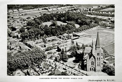 F0050 <br /> Luchtfoto van Sassenheim, gemaakt door de KLM vóór de Tweede Wereldoorlog. Middenonder het raadhuis, rechts de r.k.-kerk St.Pancratius en de St. Pancratiusschool. Verder zijn de oude bebouwing langs de J.P. Gouverneurlaan te zien. Linksboven zien we de bollenschuur van N.V. v/h B.D. Kapteyn en Zoon en de huizen aan de Molenstraat. Daarboven het bos van Ter Leede en de rij huizen langs de Adelborst van Leeuwenlaan, toen nog Iepenlaan geheten. In het midden het park Rusthoff. Rechtsboven zijn de huizen van de Rusthofflaan te zien. Zie ook 'Sassenheim in grootmoeders tijd', pag. 24. Foto: 1939.