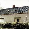 F0225 <br /> Het huis van Arie van der Veer, zoon van Klaas, in het bos Ter Leede. Het huis is wat gemoderniseerd, de smalle ramen zijn verbreed en het huis heeft een dakgoot gekregen. De muren zijn gepleisterd en er staat een tv-antenne op het dak. Foto: ca. 1960.