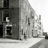 F0342 <br /> De mobilisatie in 1939. Verschillende bollenschuren en scholen werden als huisvesting voor opgeroepen militairen gebruikt. Zo ook de bollenschuur van Baartman & Koning N.V., langs de Hoofdstraat ter hoogte van de Oude Post. Foto: 1939.
