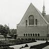 F2845<br /> De Julianakerk te Sassenheim, direct na de verbouwing in 1928. Let op het plantsoen in het midden van het kerkplein. Je kon toen nog niet aan de achterzijde van de kerk geheel omrijden. Dat kon pas in 1950 toen het Jeugdhuis en een stuk grond achter de kerk werden aangekocht van de eigenaar van Casa Reale. Ook de grote rode beuk staat er nog niet.