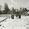 F3049<br /> Links staat Cobi Berg met haar zusjes Ria en Joke op de aardappelpet op het landje tussen de Bijdorpstraat en de Hoekstraat. Vader Berg had daar een groententuin. Een aardappelpet is een kuil in de grond, waarin de aardappels werden bewaard (beschermd tegen de vorst). Foto: ca 1954.