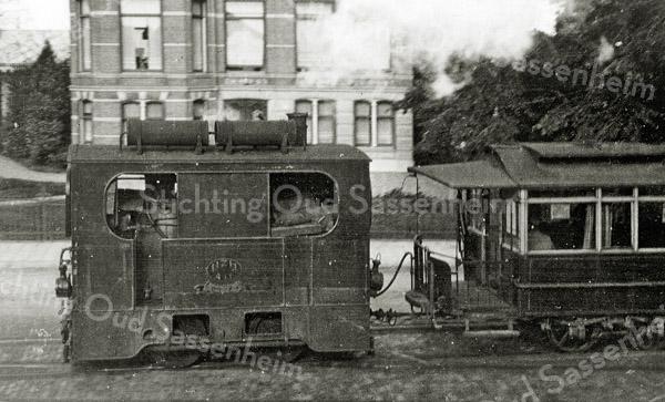 F1040 <br /> De tram met stoomlocomotief.  De foto is genomen op de Hoofdstraat ter hoogte van de Molenstraat vóór Vredesteyn. Foto: ca. 1932.