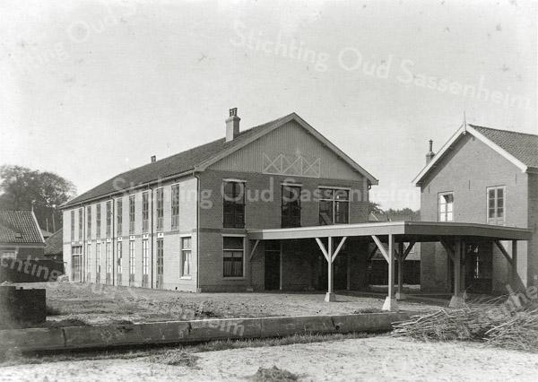 F0859 <br /> Aan de Kerklaan stonden deze bollenschuur, pakplaats en open loods van de firma Pereboom en Company. De kwekerij heette Rusthoff. De bollenschuur werd in 1943 in gebruik genomen door de Kunstaardewerkfabriek Velsen.<br /> <br /> Collectie Oudshoorn 084. Foto: vóór 1921.