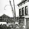 F1296 <br /> Hoek Hoofdstraat/Oude Haven. In 1932 werd bij het pand van schilder Bemelman de telefoon/telegraafmast neergehaald. Buiten het dorp waren de draden bovengronds en in het dorp ondergronds. De mast aan de andere kant van het dorp stond bij de Oude Postbrug. Bij het Post- en Telegraafkantoor gingen de ondergrondse kabels naar binnen. In het pand van Bemelman is nu het café De Twee Wezen gevestigd. Het huis in de verte is het woon-winkelpand van drogisterij Melman op de hoek van de Kastanjelaan (nu Digros).