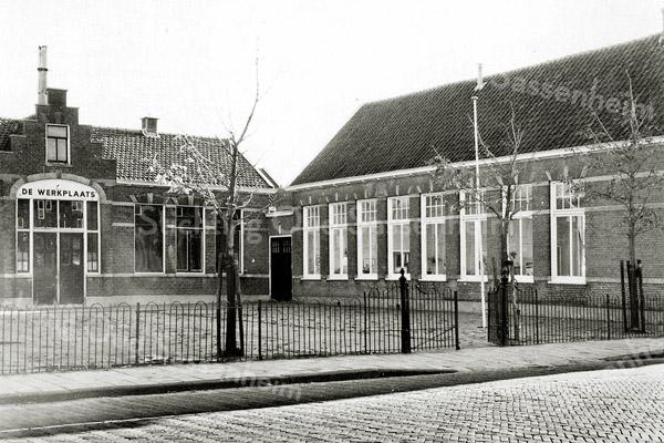 F0475 <br /> Links zien we De Werkplaats voor gehandicapten, de vroegere School met den Bijbel aan de Hoofdstraat. Rechts het gebouw Concordia.