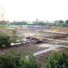 F0130 <br /> Het terrein van de toekomstige woonwijk Mennepark, nu meer naar het oosten genomen (het voormalige voetbalveld). Rechts de bebouwing van de Grebbehove, Israëlhove, Bevrijdingshove etc. Op de achtergrond het nieuwe terrein van rugbyclub The Bassets en de bomen langs de rijksweg A44. Foto is genomen vanuit de flat van Dick van Leeuwen van de vijfde verdieping van Parkhove. Foto: 1997.