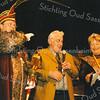 F2552<br /> Cor Zijerveld is door carnavalsvereniging De Saksen gekozen tot de Grootste Asbak van het jaar. Links prins carnaval:  prins Fredericus (Fred Vermeer).  Foto: 2003.