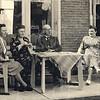 F4532 <br /> De familie Krijkamp. Vlnr: Ada, mevr. Krijkamp-Honders, ds. Krijkamp en Wil Krijkamp.